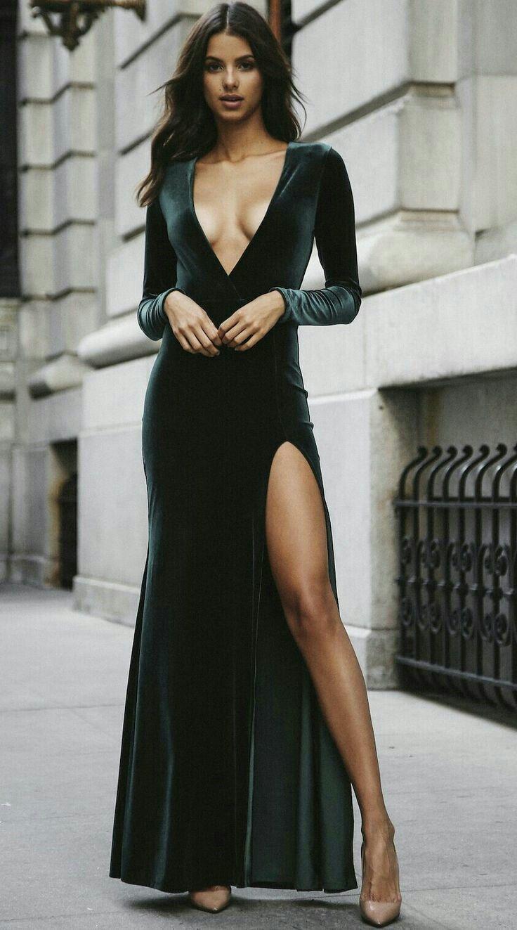 4b01c0bc76f7 Come indossare  vestito lungo di velluto con spacco verde scuro