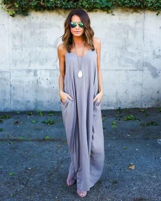 Come indossare e abbinare: vestito lungo grigio, sandali con tacco in pelle scamosciata grigi, occhiali da sole verdi, collana con ciondolo bianca