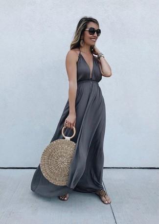 Come indossare e abbinare: vestito lungo grigio scuro, infradito in pelle marrone chiaro, borsa shopping di paglia marrone chiaro, occhiali da sole marrone scuro