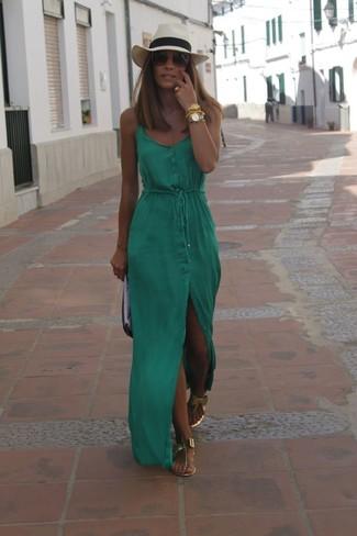 Come indossare: vestito lungo verde, infradito in pelle dorati, pochette in pelle nera e bianca, borsalino di paglia beige