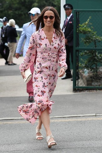 Trend da donna 2020 quando fa molto caldo: Vestiti con un vestito lungo di seta a fiori rosa per andare a prendere un caffè in stile casual. Sandali con tacco in pelle bianchi sono una validissima scelta per completare il look.