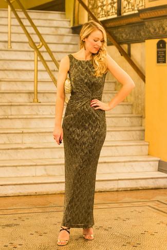 Come indossare: vestito lungo dorato, sandali con tacco in pelle neri e dorati, pochette dorata, orecchini dorati