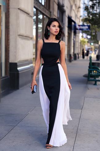 Come indossare: vestito lungo nero e bianco, sandali con tacco in pelle scamosciata neri, pochette nera, orecchini verdi