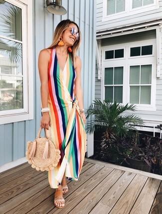 Come indossare: vestito lungo a righe verticali multicolore, sandali piatti in pelle marrone chiaro, borsa shopping di paglia marrone chiaro, occhiali da sole argento