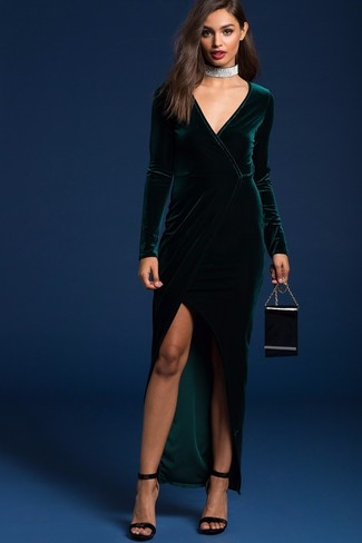Come indossare e abbinare: vestito lungo di velluto con spacco verde scuro, sandali con tacco di velluto neri, pochette in pelle nera, girocollo argento