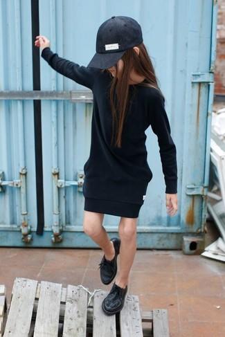 Come indossare: vestito nero, scarpe oxford nere, berretto da baseball nero