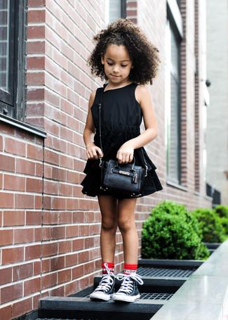 Come indossare e abbinare: vestito nero, sneakers nere, borsa nera, calzini rossi