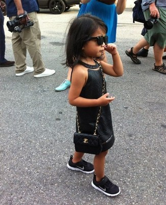 Come indossare: vestito nero, sneakers nere