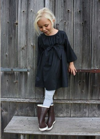 Come indossare: vestito nero, stivali di gomma marroni, collant grigio