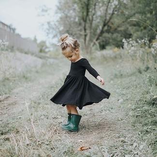 Come indossare: vestito nero, stivali di gomma verde scuro