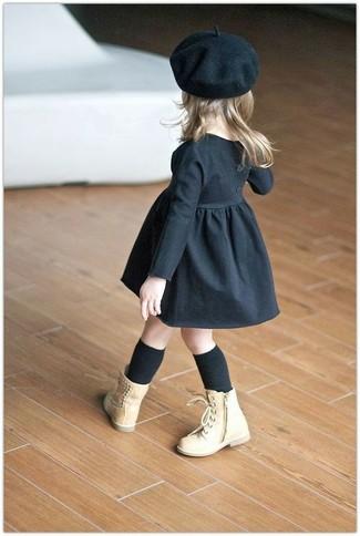 Come indossare: vestito nero, stivali marrone chiaro, berretto nero, calzini neri