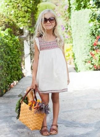 Come indossare: vestito ricamato bianco, sandali marroni