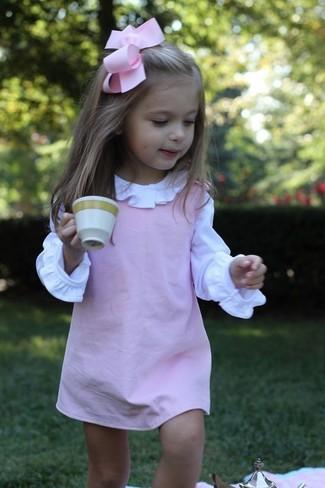 Come indossare: vestito rosa, camicia a maniche lunghe bianca