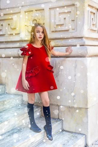 Come indossare e abbinare: vestito rosso, ballerine nere, calzini neri