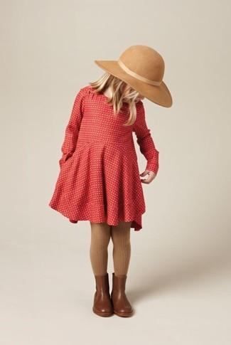 Come indossare: vestito rosso, stivali in pelle marroni, borsalino beige, collant marrone