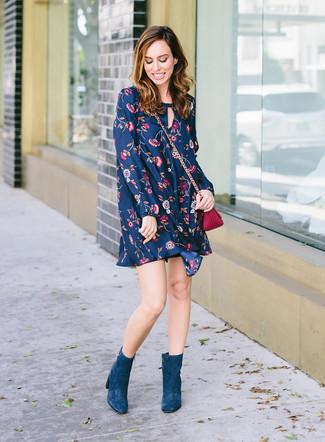 Come indossare: vestito scampanato a fiori blu scuro, stivaletti in pelle scamosciata foglia di tè, borsa a tracolla in pelle viola melanzana