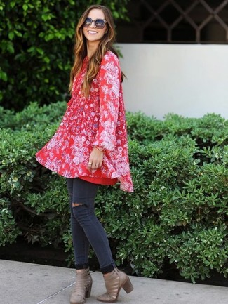 Come indossare: vestito scampanato a fiori rosso, jeans aderenti strappati grigio scuro, stivaletti in pelle tagliati grigi