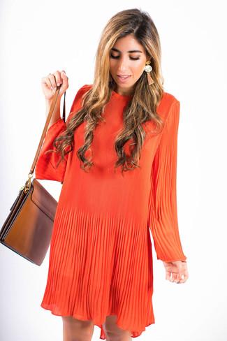 Come indossare: vestito scampanato arancione, borsa a tracolla in pelle marrone, orecchini arancioni