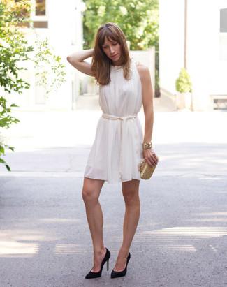 Come indossare e abbinare: vestito scampanato di seta bianco, décolleté in pelle scamosciata neri, pochette dorata, bracciale dorato
