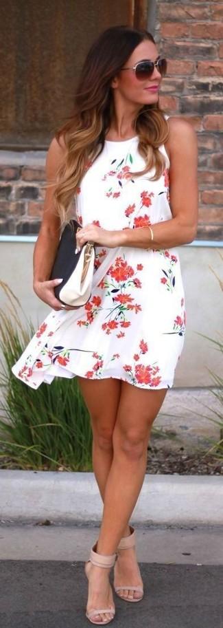 Come indossare: vestito scampanato a fiori bianco e rosso, sandali con tacco in pelle beige, pochette in pelle nera e bianca, occhiali da sole marrone scuro