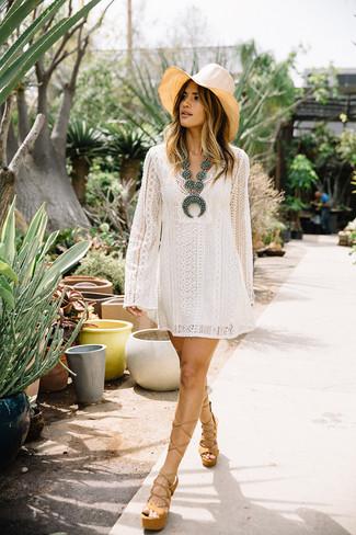 Come indossare: vestito scampanato di pizzo bianco, sandali con tacco in pelle pesanti marrone chiaro, borsalino di paglia beige, collana con perline acqua