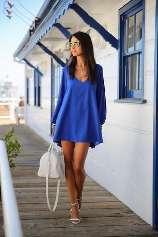 Mostra il tuo stile in un vestito scampanato blu con occhiali da sole gialli di Miu Miu per essere trendy e seducente. Aggiungi un paio di sandali con tacco in pelle bianchi al tuo look per migliorare all'istante il tuo stile.