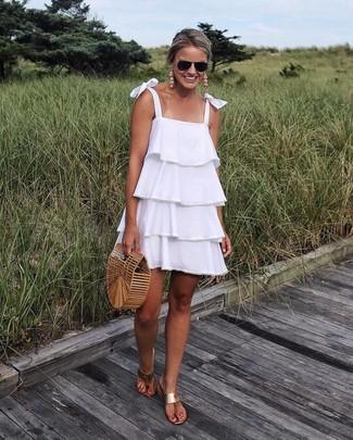 Come indossare: vestito scampanato con volant bianco, infradito in pelle marrone chiaro, pochette di paglia marrone chiaro