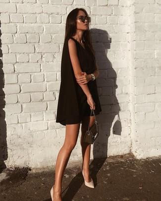 Come indossare: vestito scampanato nero, décolleté in pelle bianchi, borsa a tracolla in pelle decorata nera, occhiali da sole marrone scuro
