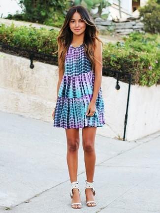 Come indossare e abbinare: vestito scampanato effetto tie-dye viola chiaro, sandali con tacco in pelle con borchie bianchi