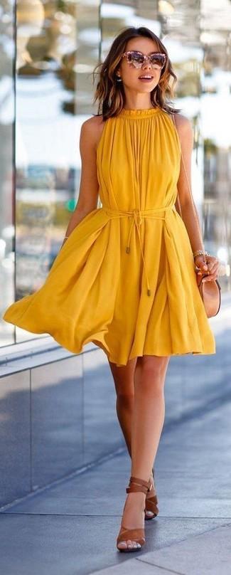 Come indossare: vestito scampanato giallo, sandali con tacco in pelle marroni, borsa a tracolla in pelle beige, occhiali da sole rosa