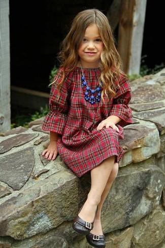 Come indossare e abbinare: vestito scozzese rosso, ballerine marrone scuro, collana blu