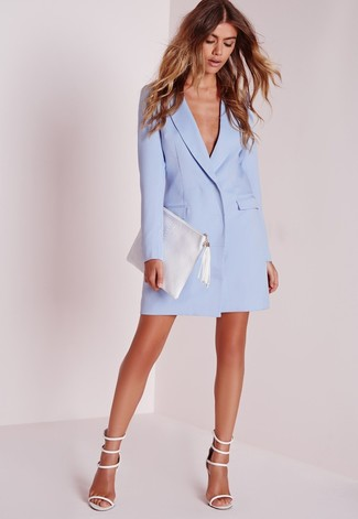 Come indossare e abbinare una pochette in pelle bianca: Combina un vestito smoking azzurro con una pochette in pelle bianca per un look facile da indossare. Sandali con tacco in pelle bianchi sono una eccellente scelta per completare il look.