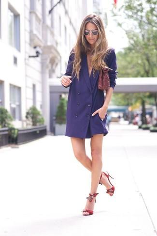 Come indossare e abbinare: vestito smoking blu scuro, sandali con tacco in pelle rossi, pochette in pelle bordeaux