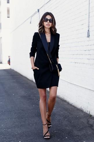 Come indossare e abbinare un vestito smoking nero: Potresti combinare un vestito smoking nero con una canotta nera per essere trendy e seducente. Sandali con tacco in pelle scamosciata neri sono una validissima scelta per completare il look.