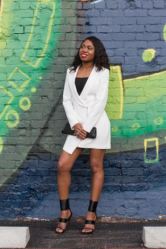 Come indossare: vestito smoking bianco, canotta nera, sandali con tacco in pelle neri, pochette in pelle nera