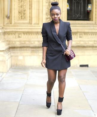 Come indossare e abbinare un vestito smoking nero: Punta su un vestito smoking nero per un abbigliamento elegante ma casual. Décolleté in pelle scamosciata pesanti neri sono una buona scelta per completare il look.