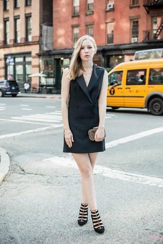 Come indossare e abbinare un vestito smoking nero: Scegli un vestito smoking nero per sentirti sicura e alla moda. Décolleté in pelle scamosciata neri sono una buona scelta per completare il look.