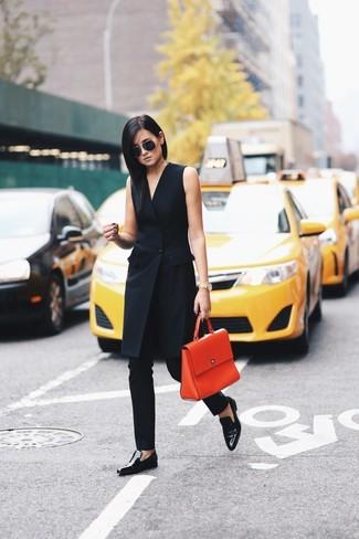 Come indossare e abbinare: vestito smoking nero, pantaloni skinny neri, mocassini eleganti in pelle neri, cartella in pelle arancione