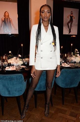Come indossare: vestito smoking bianco, sandali con tacco di gomma trasparenti, orecchini argento, collant decorato nero