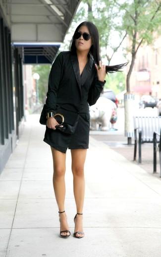 Come indossare e abbinare un vestito smoking nero: Metti un vestito smoking nero per un elegante abbigliamento da ufficio. Sandali con tacco in pelle neri sono una splendida scelta per completare il look.