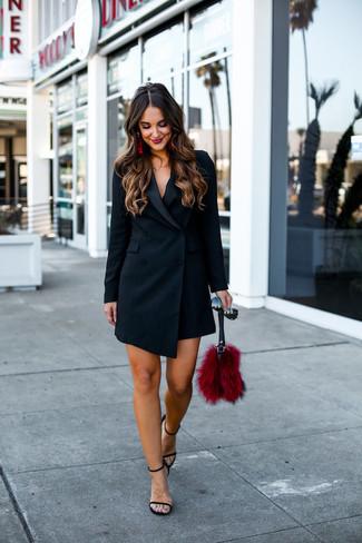 Come indossare e abbinare un vestito smoking nero: Punta su un vestito smoking nero per un elegante abbigliamento da ufficio. Sandali con tacco in pelle neri sono una gradevolissima scelta per completare il look.