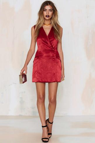 a6e8172e68a945 Come indossare: vestito smoking di velluto rosso, sandali con tacco in  pelle scamosciata neri