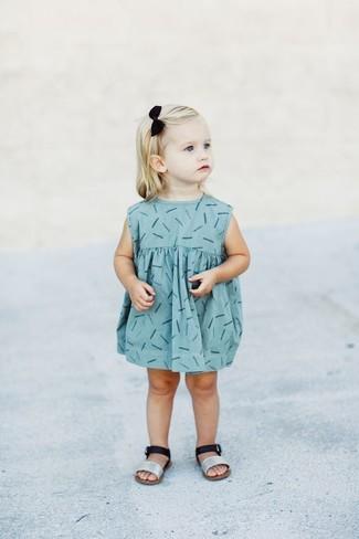 Come indossare: vestito stampato azzurro, sandali argento
