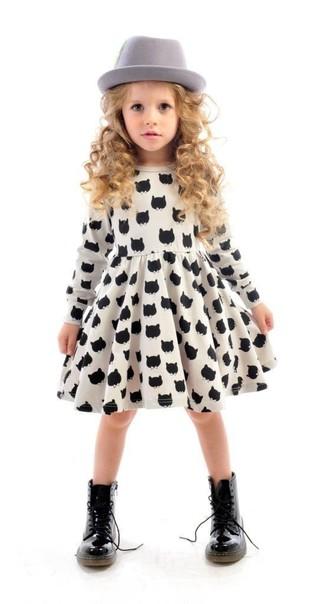 Come indossare: vestito stampato bianco e nero, stivali neri, borsalino grigio