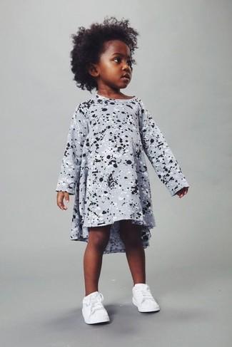 Come indossare: vestito stampato grigio, sneakers bianche
