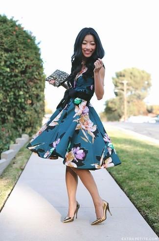 Come indossare e abbinare: vestito svasato a fiori foglia di tè, décolleté in pelle dorati, pochette in pelle nera e dorata