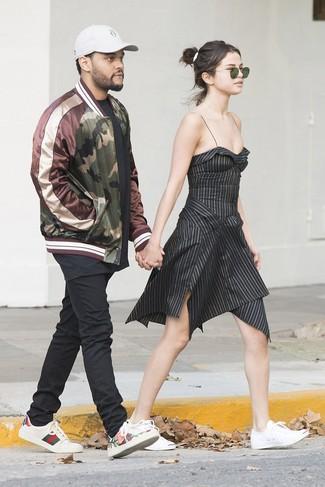 Come indossare e abbinare: vestito svasato a righe verticali nero, sneakers basse di tela bianche, occhiali da sole verde scuro