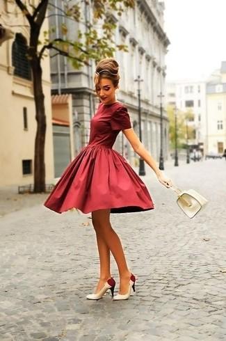 Come indossare: vestito svasato bordeaux, décolleté in pelle bianchi e rossi, borsa a mano in pelle bianca