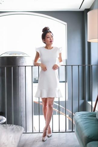 Come indossare e abbinare décolleté in pelle beige: Scegli un vestito svasato con volant bianco per creare un look smart casual. Décolleté in pelle beige sono una interessante scelta per completare il look.