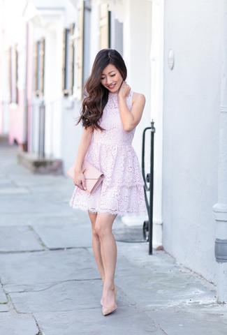 Come indossare e abbinare: vestito svasato di pizzo viola chiaro, décolleté in pelle beige, pochette in pelle rosa
